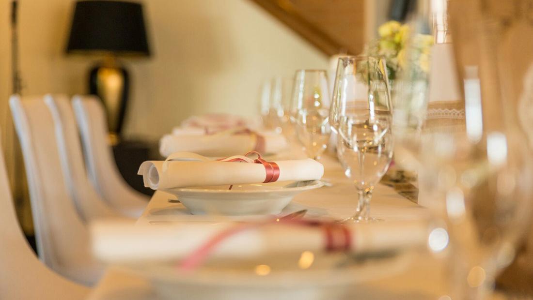 Tischdekoration wie Bestecktaschen und Tischwäsche - Dekorationsverleih Hochzeitsglück in der Region Minden Lübbecke