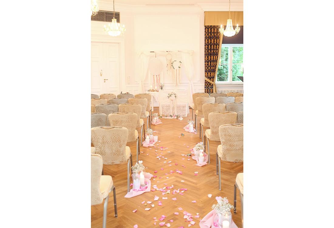Hochzeitsdekoration zur freien Trauung im Schloss Ovelgönne in Bad Oeynhausen vom Hochzeitsglück