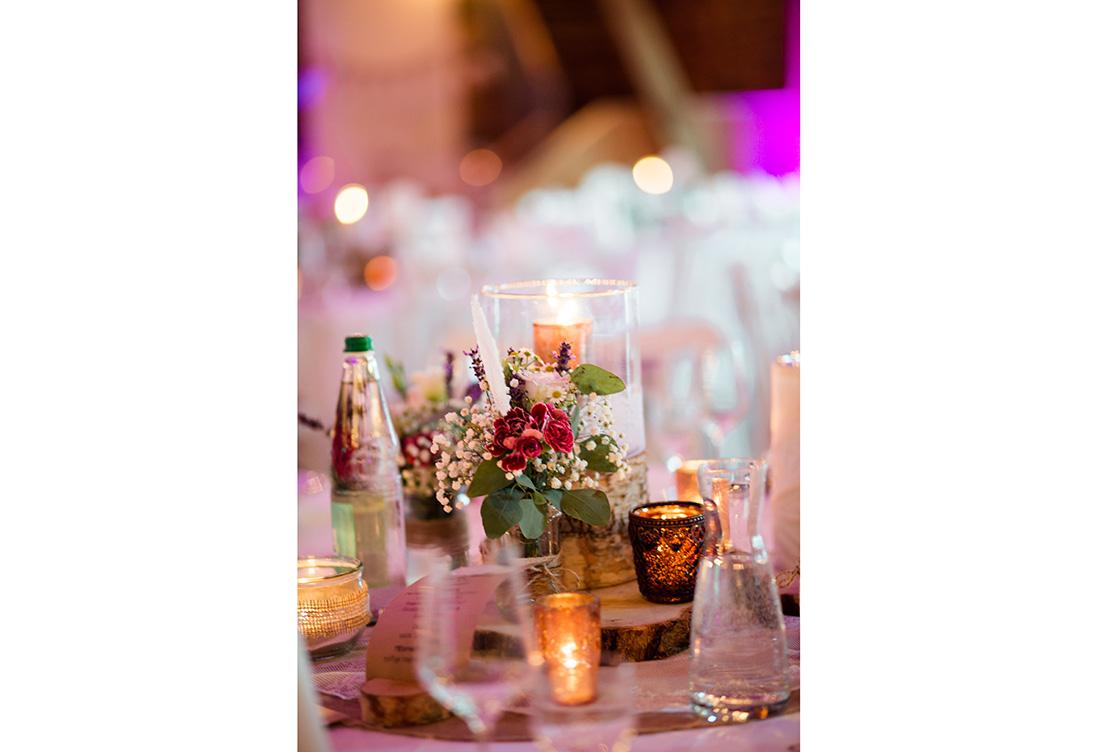 Tischdekoration vom Hochzeitsglück aus Minden auf Hof Frien in der Festscheune
