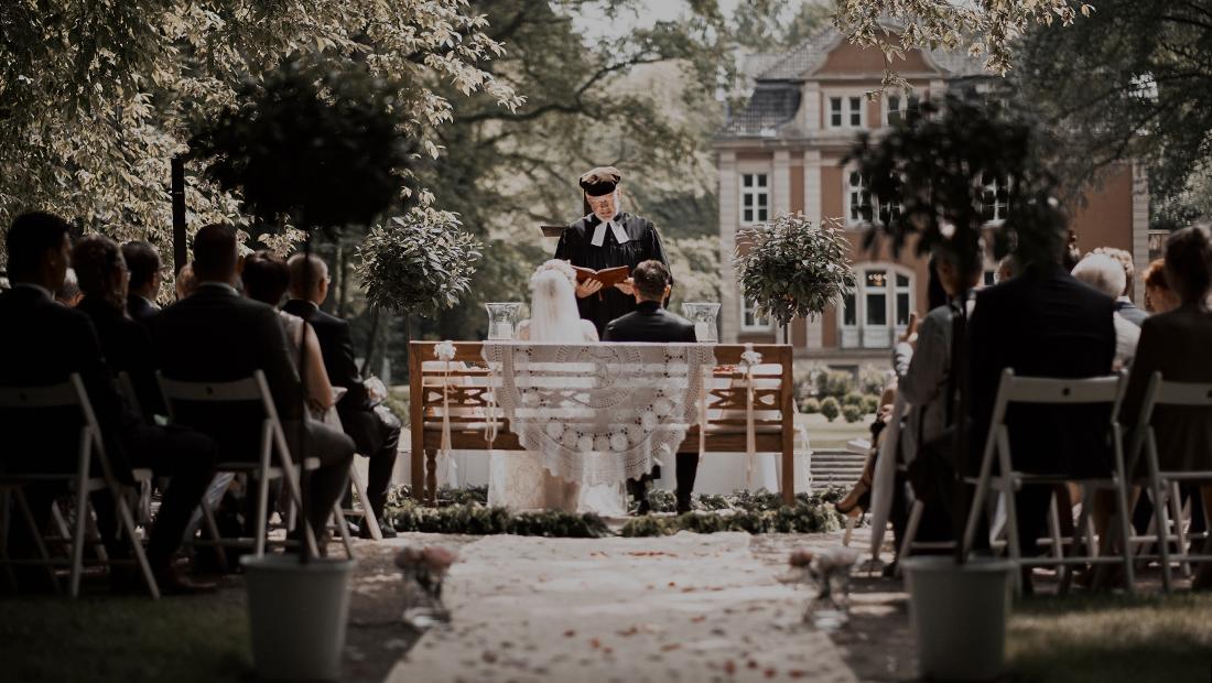 Kirchliche Trauung, Outdorr Wedding - Hochzeitsdekoration von Hochzeitsglück