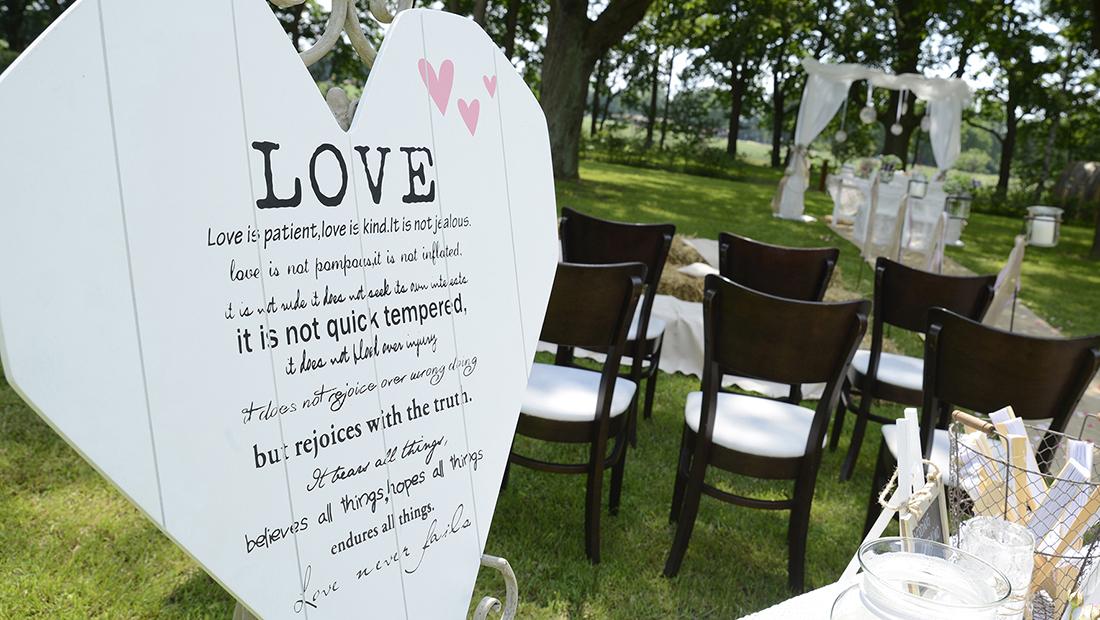 Hochzeitsdekoration mit Holzschildern und Holzschriftzügen vom Hochzeitsglück für Minden, Petershagen und Uchte