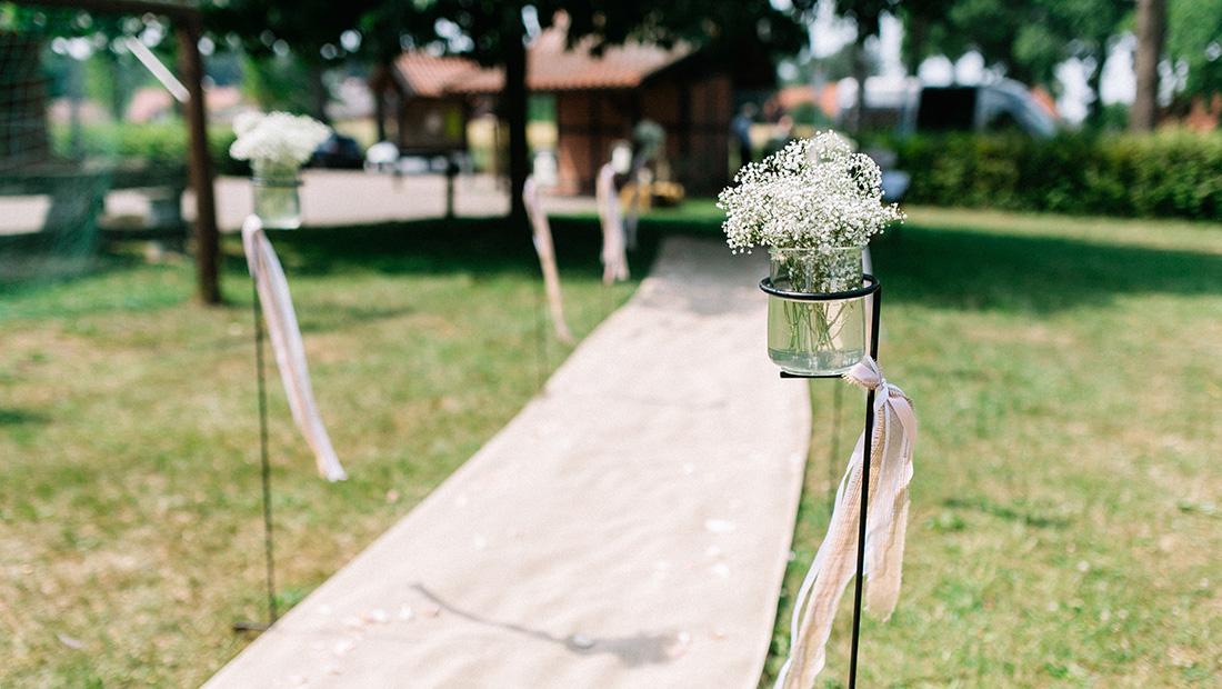 Juteläufer, Spalier-Stangen, Traufenster - alles was man sich für eine freie Trauung wünscht findet ihr bei Kristina Krug vom Hochzeitsglück