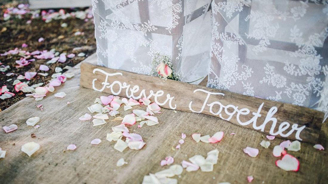Juteläufer und Holzschilder liebevoll dekoriert von Kristina Krug, Hochzeitsglück Minden