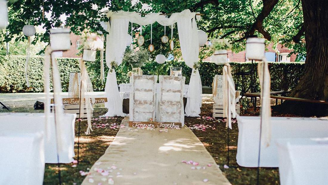 Juteläufer, Spalier-Stangen, Holzschilder, alles was ihr für eure Hochzeit braucht - Hochzeitsdekoration vom Hochzeitsglück