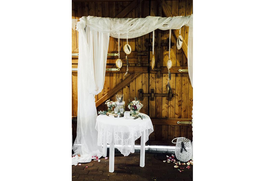 Leinentüchern auf Strohballen, Spitzenwimpelketten, Federn & Traumfängern - Dekoration im Bohostlye vom Hochzeitsglück aus Minden