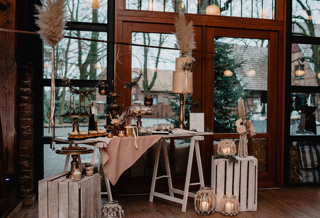 Winterhochzeit auf Hof Frien – Rustikal Chic trifft auf glamouröse Eleganz – Hochzeitsdekoration vom Hochzeitsglück bei Uchte im Raum Minden